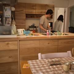 Muebles de cocinas de estilo  por 注文家具屋 フリーハンドイマイ, Rústico Madera Acabado en madera