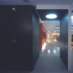 Pusat Konferensi oleh SERPİCİ's Mimarlık ve İç Mimarlık Architecture and INTERIOR DESIGN, Modern Komposit Kayu-Plastik