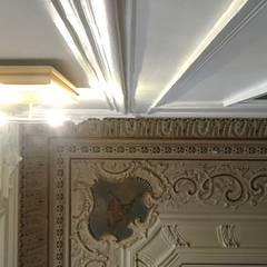 Apartamento em Lisboa Salas de estar clássicas por Hugo Covaneiro Interior Design Clássico