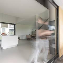 أبواب منزلقة تنفيذ Ivo de Jong architect, حداثي خشب Wood effect