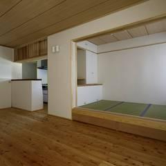 葛飾区T邸: スタジオ・スペース・クラフト一級建築士事務所が手掛けたダイニングです。,オリジナル 無垢材 多色