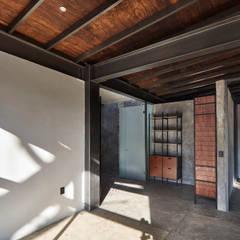 Kleine slaapkamer door PETRAM ARQUITECTURA, Industrieel Massief hout Bont