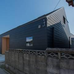 de 伊藤憲吾建築設計事務所 Asiático Compuestos de madera y plástico