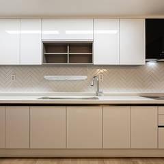 목동 아이파크 2차 아파트 : 곤디자인 (GON Design)의  주방 설비,모던