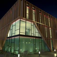 EDIFICIO DE OFICINAS Edificios de oficinas de estilo moderno de INARQ Espacio Moderno