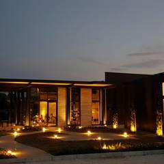 Oficinas y Tiendas de estilo  por studioundici, Industrial Concreto reforzado