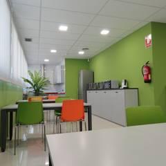 EDIFICIO DE OFICINAS EN MADRID: Edificios de oficinas de estilo  de CARLOS MARIA ORTEGA INTERIORISMO, Moderno