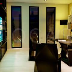 CASA INDUSTRIALIZADA DE HORMIGON EN MADRID: Estudios y despachos de estilo  de QCASA.Madrid. Viviendas industrializadas eficientes de hormigón, Moderno Hormigón