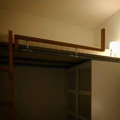 Kleine slaapkamer door Rubén Couso, Minimalistisch Hout Hout