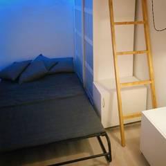 Kleine slaapkamer door Rubén Couso, Minimalistisch Houtcomposiet Transparant