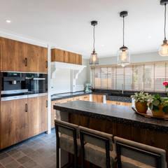Hongaarse punt vloer met terugkerende hout invloeden:  Keuken door STOX Vloeren & Keukens, Klassiek