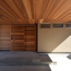 por 熊倉建築設計事務所 Moderno Madeira Acabamento em madeira