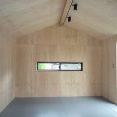 Estudios y oficinas rústicas de アース・アーキテクツ一級建築士事務所 Rústico Contrachapado