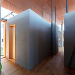 Paredes y pisos de estilo ecléctico de HAMADA DESIGN Ecléctico