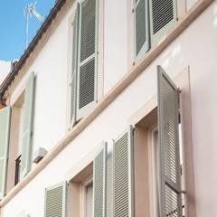 por FOCUS Arquitectura Clássico Madeira Acabamento em madeira