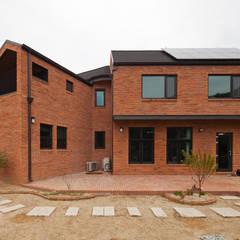 [양평목조주택] 양평군 서종면 정배리에 위치한 목조주택 AV룸이 매력적인 주택 by 위드하임 모던