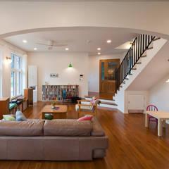 [양평목조주택] 양평군 서종면 정배리에 위치한 목조주택 AV룸이 매력적인 주택 모던스타일 거실 by 위드하임 모던