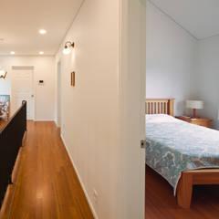 [양평목조주택] 양평군 서종면 정배리에 위치한 목조주택 AV룸이 매력적인 주택 모던스타일 복도, 현관 & 계단 by 위드하임 모던