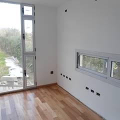 Vivienda Unifamiliar en Villa Elisa Estudios y oficinas modernos de Mc Govern estudio de arquitectura Moderno Madera maciza Multicolor