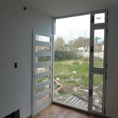 Vivienda Unifamiliar en Villa Elisa Estudios y oficinas modernos de Mc Govern estudio de arquitectura Moderno Vidrio