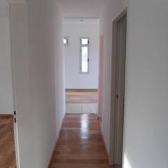 Vivienda Unifamiliar en Villa Elisa Pasillos, vestíbulos y escaleras modernos de Mc Govern estudio de arquitectura Moderno Ladrillos