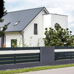 Black and white. Nowoczesne ogrodzenie aluminiowe Xcel od Xcel Nowoczesny