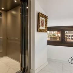 Mediterranean style corridor, hallway and stairs by Per Hansen Mediterranean اینٹوں