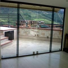 por GrupoSpacio constructores en Madrid Minimalista Vidro