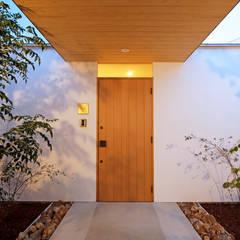 一歩中に入ると緑、光、風を身近に感じる家 モダンスタイルの 玄関&廊下&階段 の kisetsu モダン 木 木目調