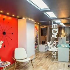 OFICINA AQ3 COL SAS Pasillos, vestíbulos y escaleras de estilo moderno de AQ3 COL SAS Moderno