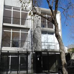 OFICINAS LINIERS 580 Edificios de oficinas de estilo moderno de YANCARELLI - GOMEZ CODINA arquitectos Moderno