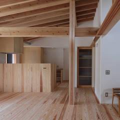 バイクガレージのある平屋 の 芦田成人建築設計事務所 ラスティック 木 木目調
