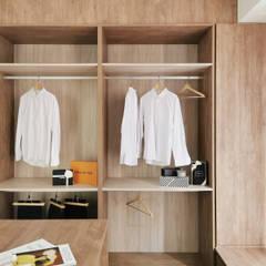Closets escandinavos por 禾宇室內設計 Escandinavo Madeira Acabamento em madeira