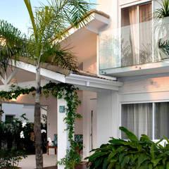 Casa Praia da Baleia, São Sebastião/SP por RAWI Arquitetura + Design Minimalista Vidro