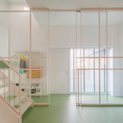 Appartement IJburg, Amsterdam Moderne gangen, hallen & trappenhuizen van ÈMCÉ interior architecture Modern Glas