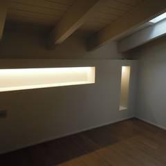 Allestimento di una cabina armadio e di due bagni in mansarda di CLARE STUDIO Moderno