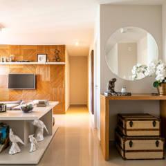 Quem disse que apartamento alugado não pode ter a cara do inquilino? Corredores, halls e escadas clássicos por Studio Elã Clássico