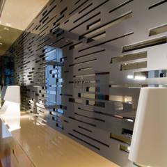 Vivienda de Estilo Neoclásico en la calle Caspe de Barcelona MANUEL TORRES DESIGN Paredes y suelos de estilo moderno Gris