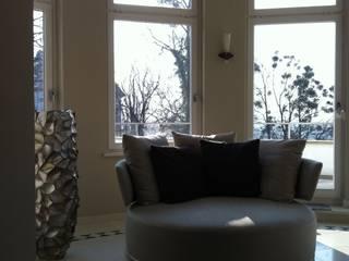 Private Villa: moderne Wohnzimmer von ESVITALE GmbH