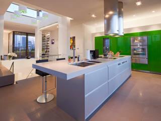Küche in Apple Ggreen...: moderne Küche von KERN-DESIGN GmbH Innenarchitektur + Einrichtung