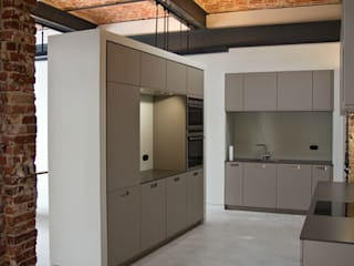 designyougo - architects and designers Cocinas de estilo industrial Tablero DM Gris