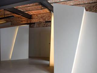 Loft Wedding // Arbeitszimmer und Garderobe:  Flur & Diele von designyougo - architects and designers