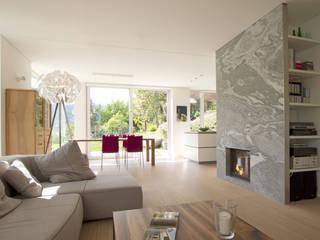 Salones de estilo mediterráneo de designyougo - architects and designers Mediterráneo Granito