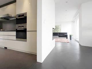 Salas de estilo moderno de Fugenlose mineralische Böden und Wände Moderno