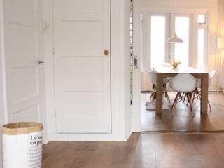 Woonkamer richting eetkamer: scandinavische Woonkamer door Evelyne Ontwerp