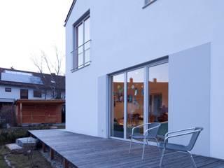 Balcones y terrazas modernos: Ideas, imágenes y decoración de Architekt Armin Hägele Moderno