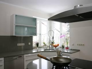 Nhà bếp phong cách hiện đại bởi Effegieffe s.n.c. Hiện đại
