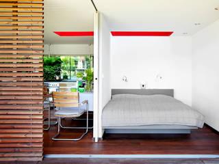 Sommerraum am Wasser:  Schlafzimmer von ZappeArchitekten