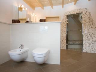 Casas de banho mediterrânicas por Fliesen Hiersemann Mediterrânico