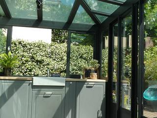 Villa Giulia _Cuisine dans une véranda style verrière: Cuisine de style de style Industriel par MAAD Architectes